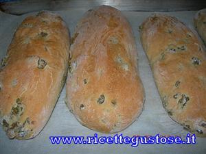 Filoncini di pane alle olive verdi