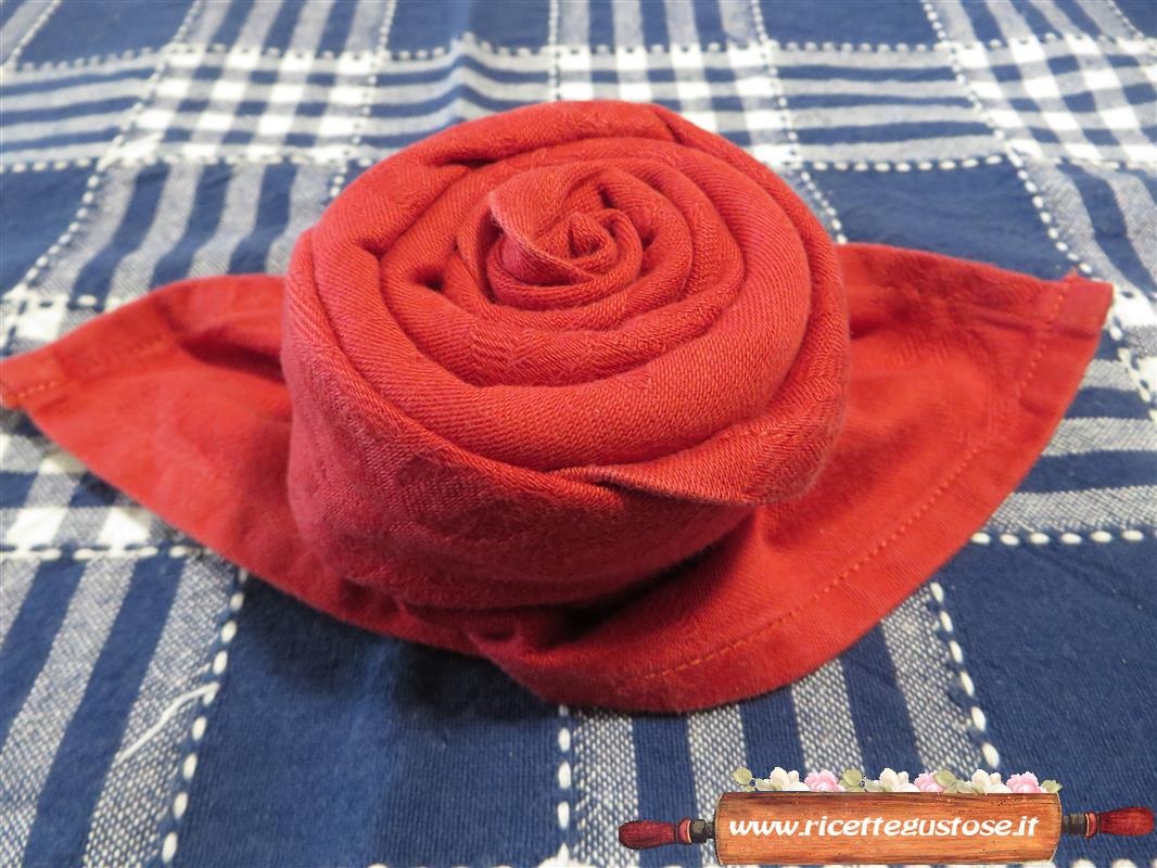 Piegare Tovaglioli A Rosa.Piegare Il Tovagliolo A Forma Di Rosa L Arte Di Piegare I