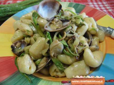 Gnocchi freddi con vongole e zucchine grigliate | La mia ricetta per prepararli!